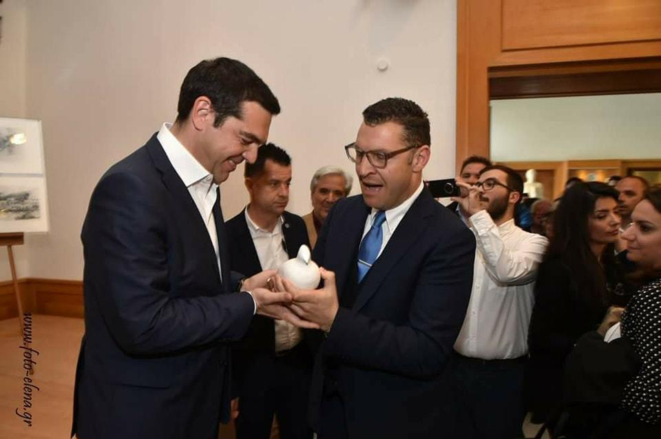 Το δώρο του δημάρχου Τήνου στον πρωθυπουργό